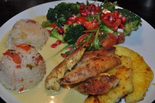 Kylling med ananas og karrysovs