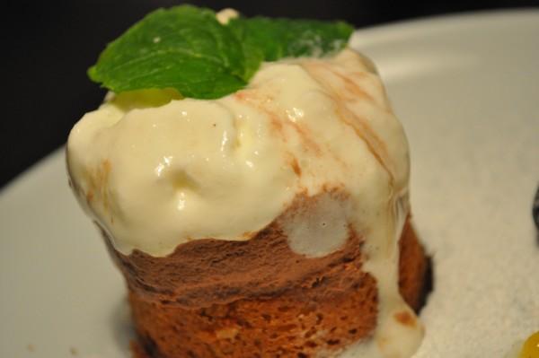 Valnøddekage med chokolademousse og citronis.