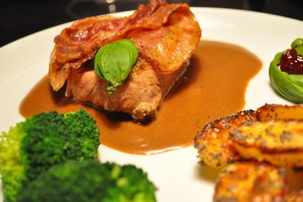Mørbrad med pesto og bacon samt kartofler med birkes.
