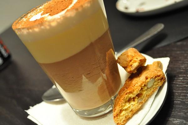 Caffé latte med Biscutti