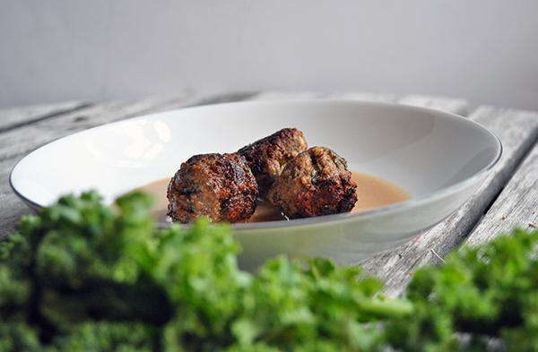 Oksekødsfrikadeller med feta og grønkål