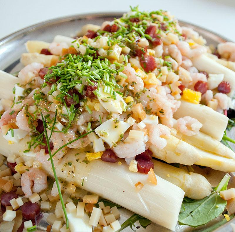 Hvide asparges med topping