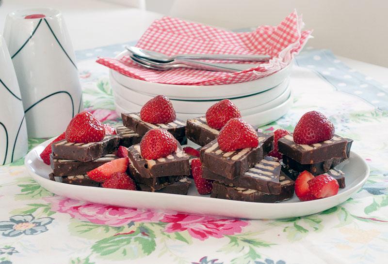 kiksekage-kaffebord-sommer-jordbaer