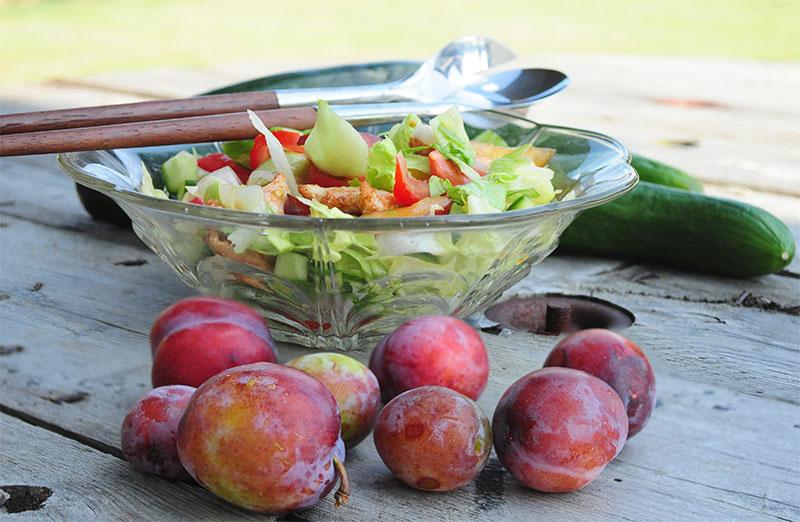 Salat med blommer og kylling