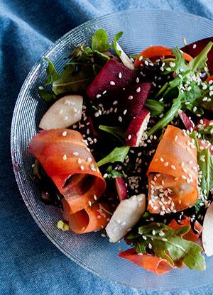 salat-rodbeder-gulerodder-sesam