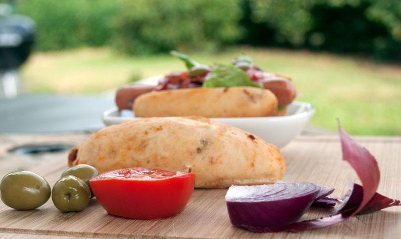 salat-tomat-oliven-hotdogs