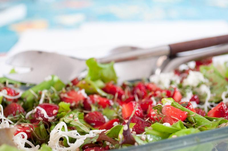 Smuk salat med jordbær