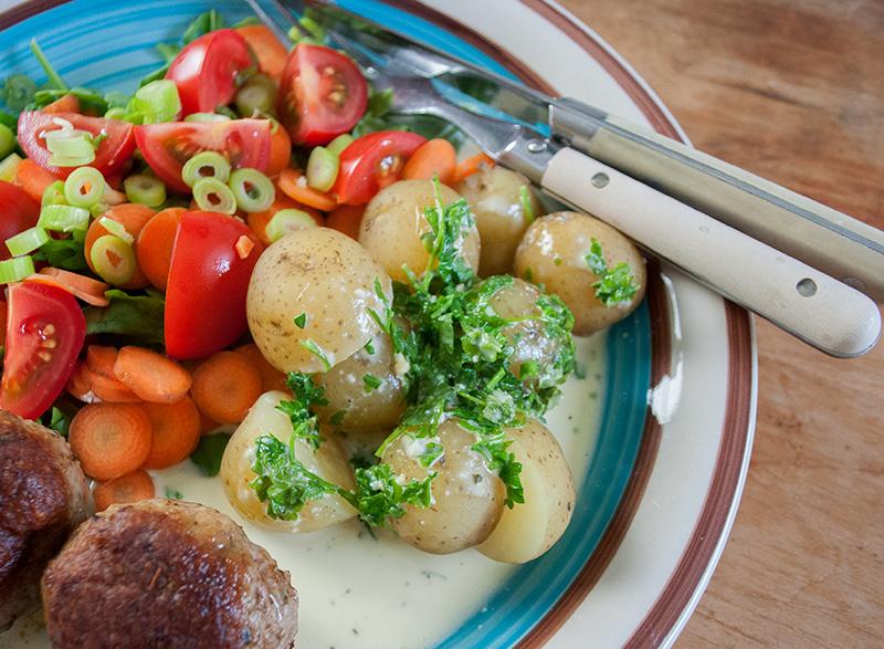 ostesauce-frikadeller-salat_47