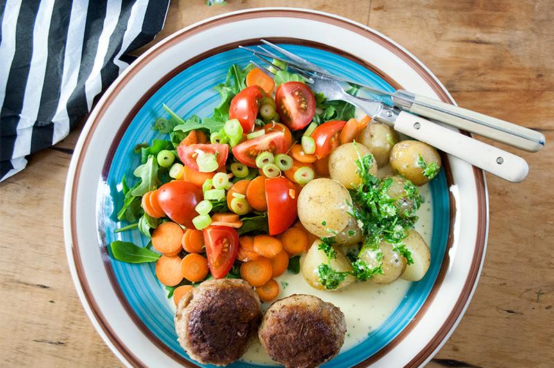 ostesauce-frikadeller-salat_50
