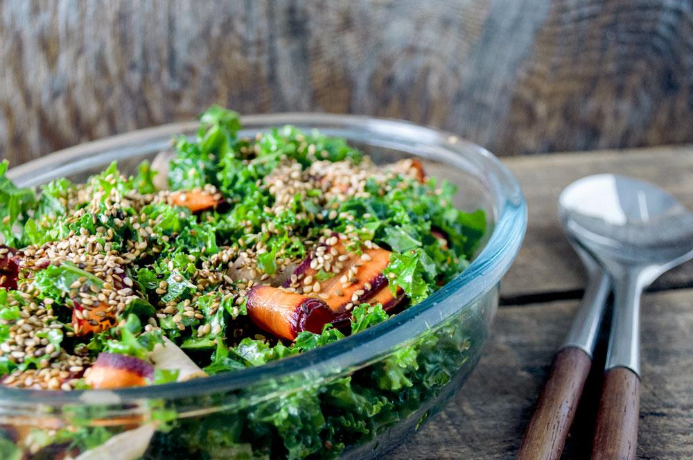 gronkaal-gulerodder-sesam-salat-04
