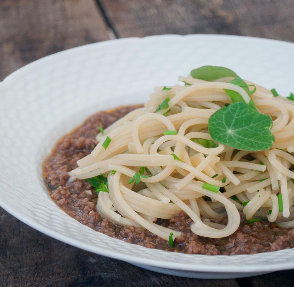 Kødsovs og pasta med krydderurter