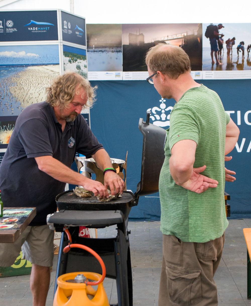 Knud fra Sydvestjyske Smagsoplevelser følger med i, hvordan der tilberedes østers