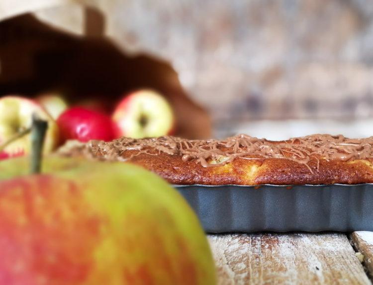 Saftig æblekage med marcipan