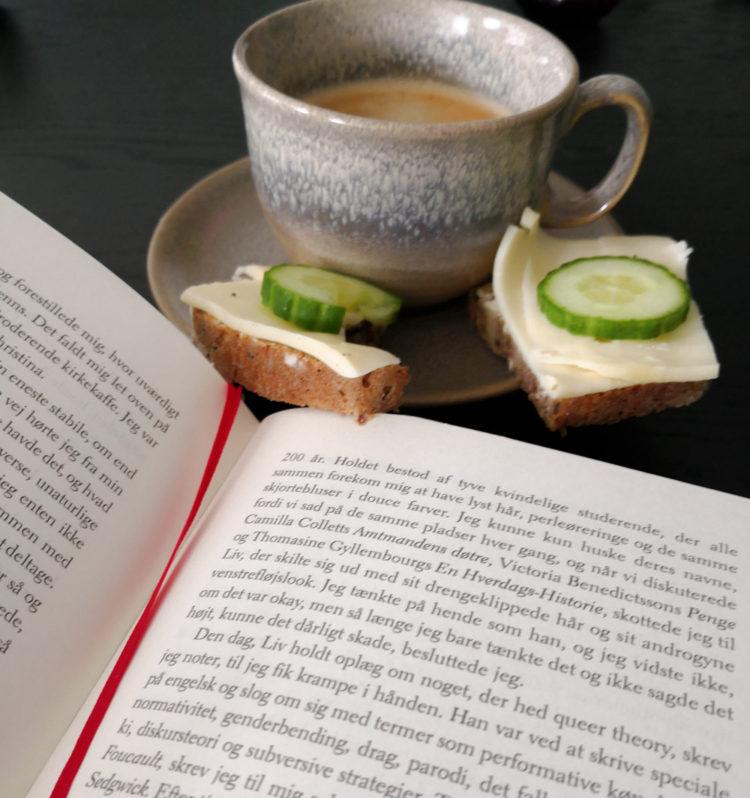 En god bog, ostemad og kaffe