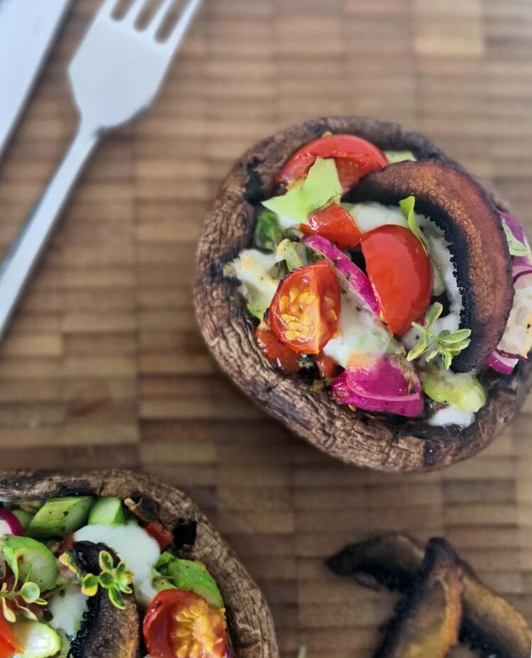 Portobellosvampe med asparges og pesto