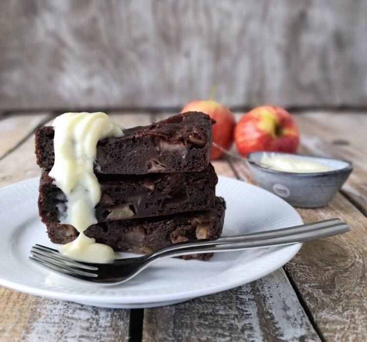 Svampet Chokoladekage med æbler