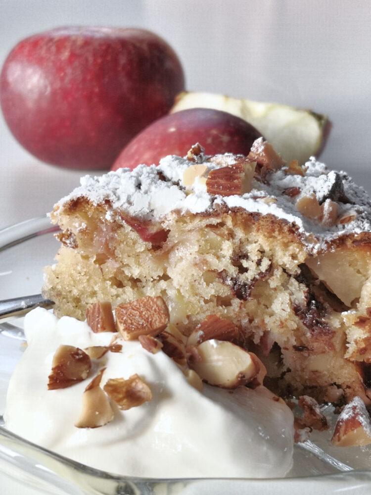 Æblekage med mandler og chokolade