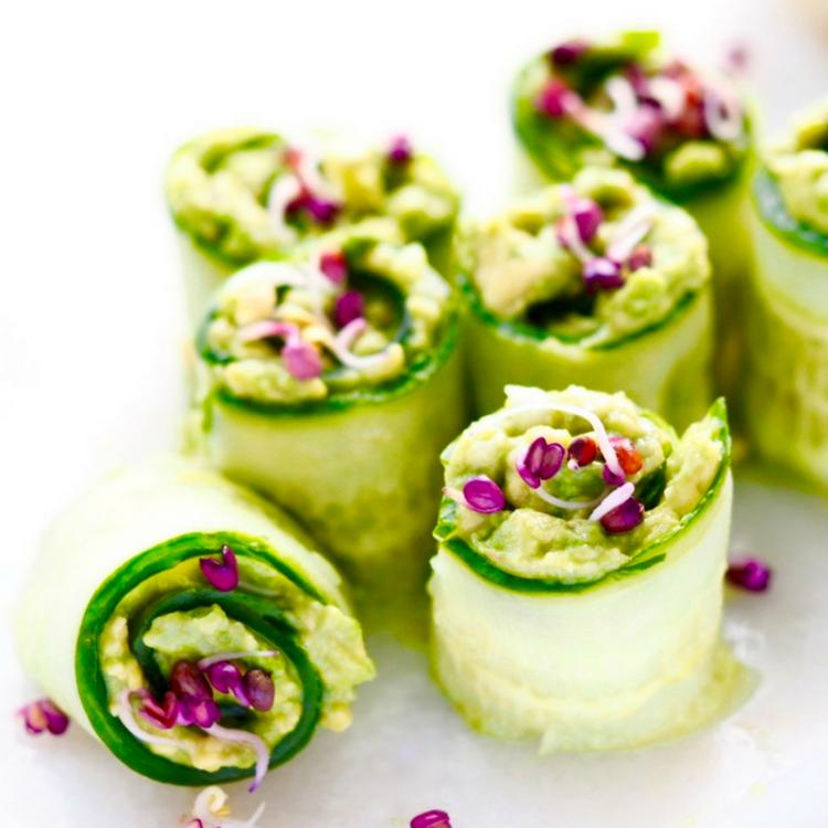 Salaten er Agurkewraps med rosenradisespirer.